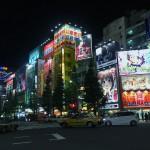 秋葉原電気街 | 大量の看板が光り輝く中央通り交差点